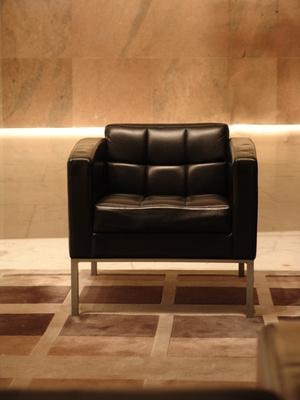 Decorar un sof de cuero negro iorigen - Sofa cuero negro ...