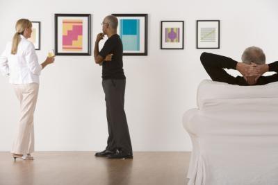 Organizar las fotografías en una pared del dormitorio