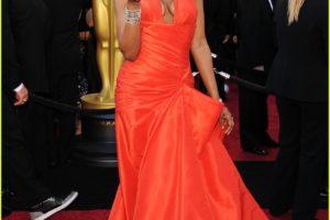 Jennifer Hudson lució un atrevido color naranja en la Ceremonia de los Oscars 2011 1