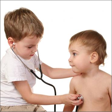 niño jugando al doctor