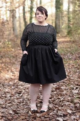 Vestido de punto negro, clásico en modas para mujeres de talla grande