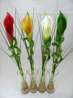 bambu con flores blanca roja amarilla verde