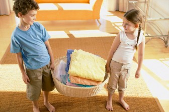 niños participando en el hogar