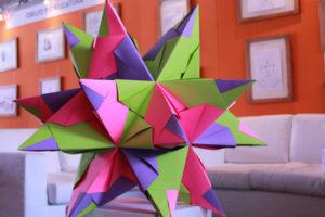 Haz estrellas decorativas con papel y cartón flexible