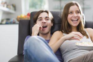 ver tele en pareja