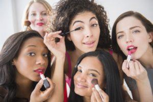 prestar maquillaje