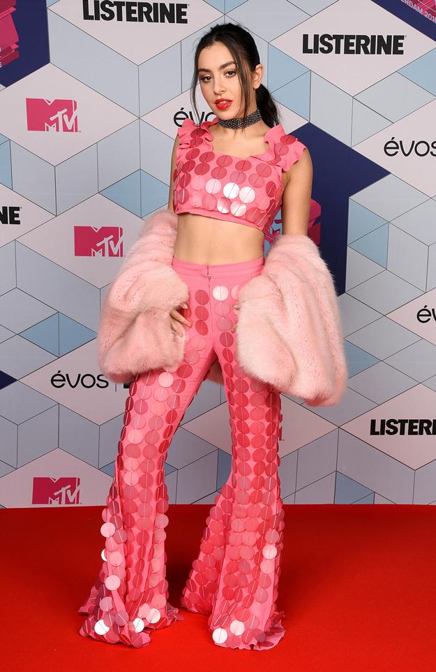 Los mejores y peores vestidos de los MTV Europe Music Awards 2017 - Charlie XCX