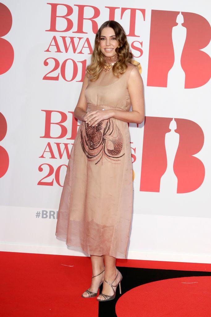 mejores looks de los Brit Awards 2018 - Amber Le Bon