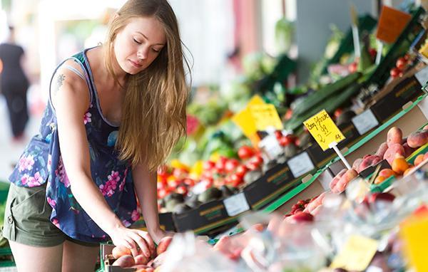 comprando frutas