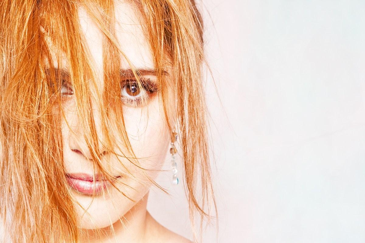 Cómo eliminar los tonos naranjas del cabello