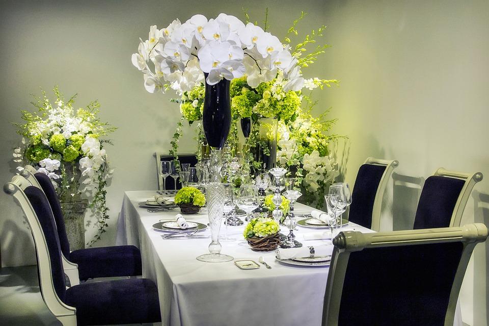 Mesa de comedor decorada con orquídeas